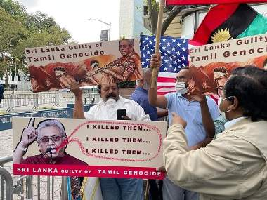 அமெரிக்காவில்  கோட்டாபய ராஜபக்சவின்  வருகைக்கு எதிர்ப்பு தெரிவித்து போராட்டம் இடம்பெற்றுள்ளது. அமெரிக்காவுக்கு உத்தியோகபூர்வ விஜயம் மேற்கொண்டுள்ள அரச தலைவர் கோட்டாபய ராஜபக்ச நேற்று ஐக்கிய நாடுகள் பொதுச் சபையில் உரையாற்றியிருந்தார். இந்த நிலையில் மேற்படி ஆர்ப்பாட்டம் நடத்தப்பட்டுள்ளதுடன், ஈஸ்டர் தாக்குதலுடன் சம்பந்தப்பட்ட உண்மையான குற்றவாளிகளை கண்டறியுமாறும், அரசியல் எதிரிகளை அடக்குவதை உடனடியாக நிறுத்துமாறும் ஆர்ப்பாட்டகாரர்கள் கோரிக்கை விடுத்துள்ளனர்.